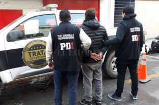 Detenido por maltrato infantil - El momento en que se produce la captura en barrio Villa Setúbal. -