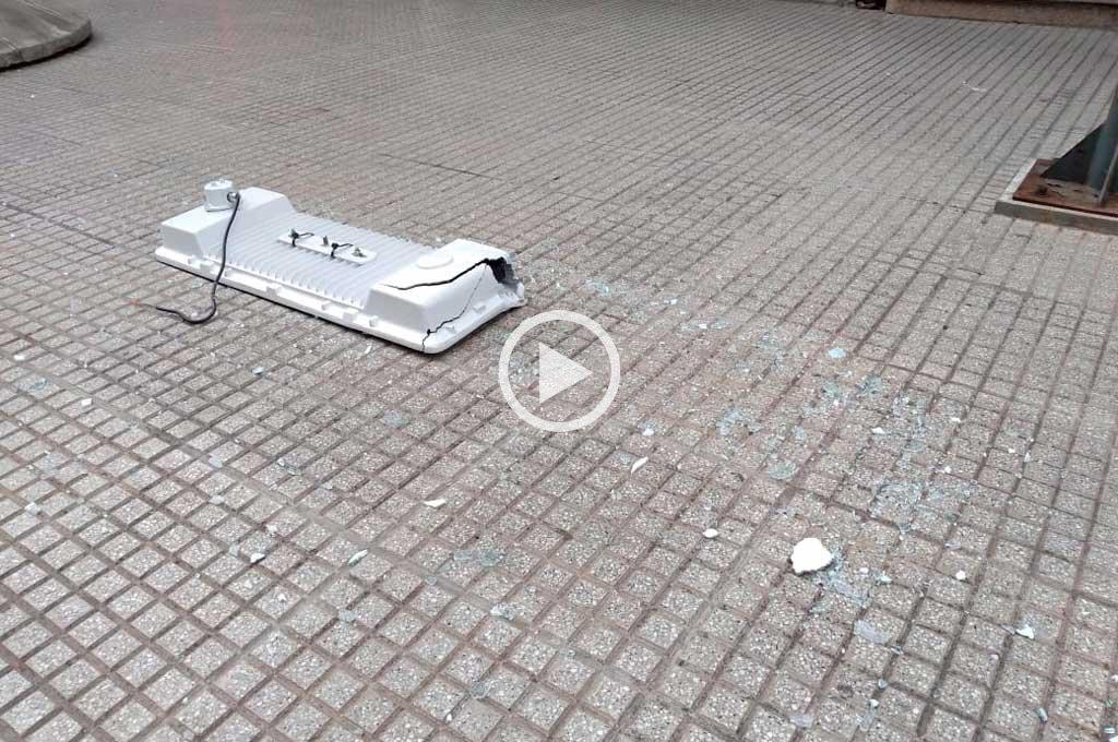 Pudo ser una tragedia: se cayó una luminaria de la peatonal San Martín