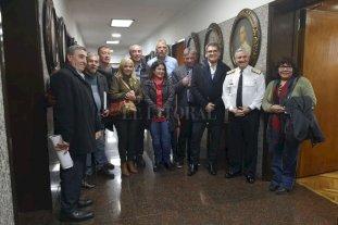 Familiares de caídos en el Crucero Belgrano viajarían en octubre al área de hundimiento - En la foto, el Jefe de la Armada, Alte. José Luis Villán, con representantes de la Comisión Nacional de Ex Combatientes e integrantes de la Comisión de Familiares de Caídos en Malvinas.