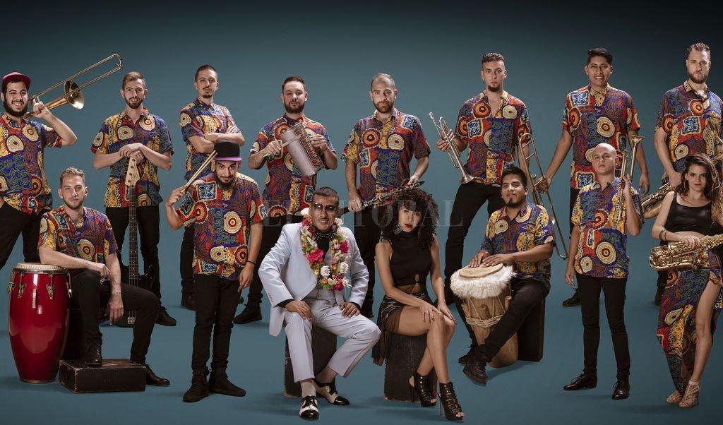 """Llega el cumbión de La Delio Valdez - Los 15 integrantes trabajaron cooperativamente en el quehacer de la banda, y elaboraron la composición de las canciones de """"Sonido subtropical""""."""