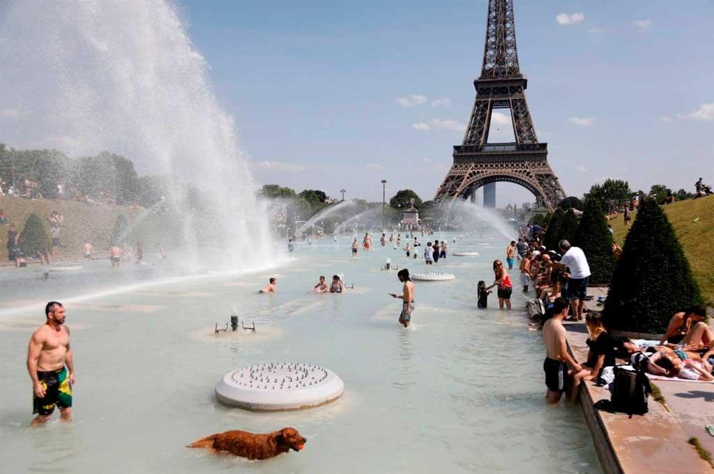 En París, utilizan las fuentes y estanques públicos para refrescarse. Crédito: Gentileza
