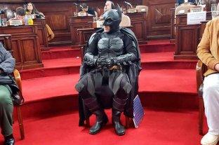 Reconocieron a Batman por su labor solidaria en La Plata -  -
