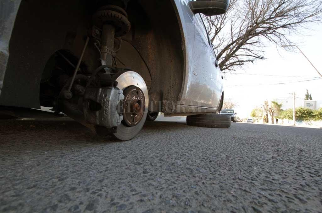 Este miércoles a la madrugada aparecieron dos autos sin alguna de sus ruedas.  Crédito: Mauricio Garín