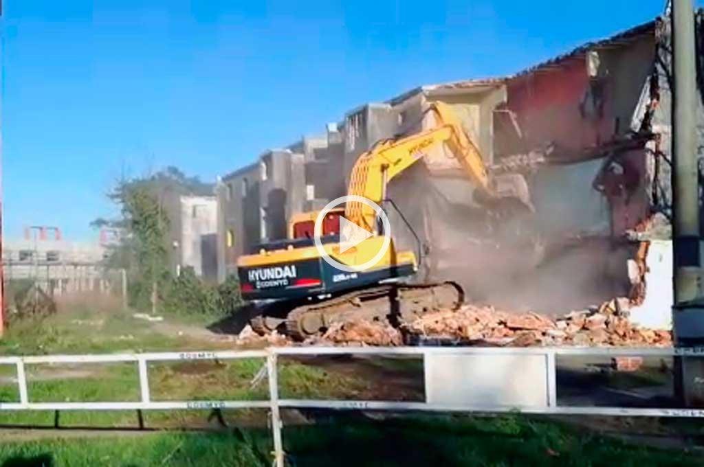 Video: comenzó la demolición de otro monoblock de barrio Acería