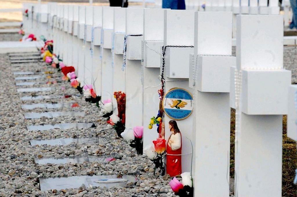 """En el cementerio de Darwin hay 230 tumbas. Muchas reemplazaron la expresión """"Soldado argentino solo conocido por Dios"""" por un nombre y apellido. <br /> <strong>Foto:</strong> Archivo El Litoral"""