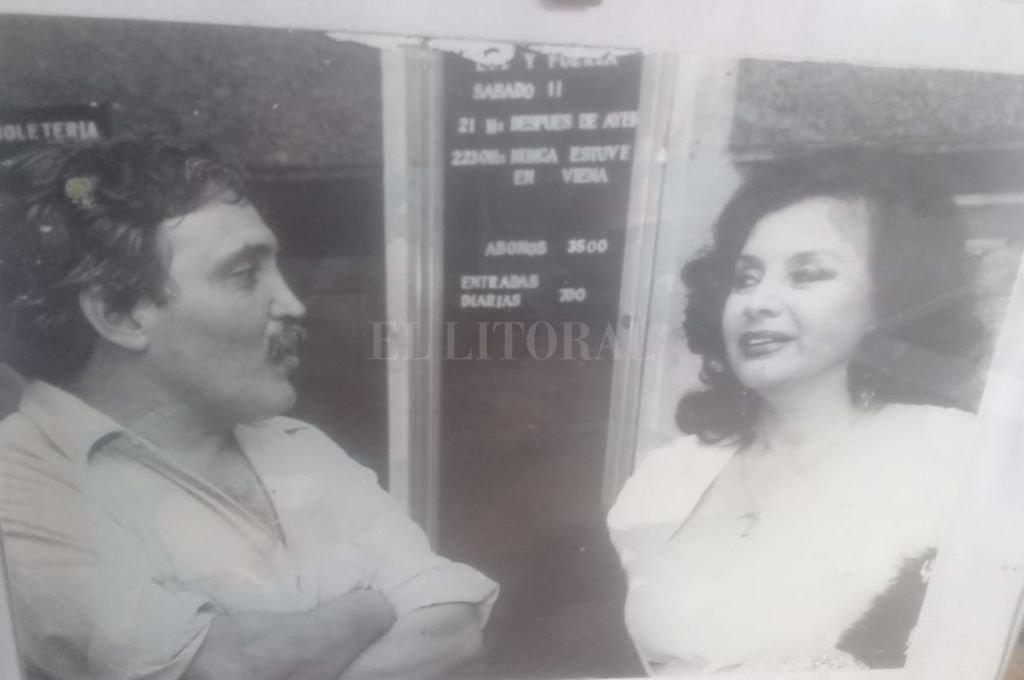 Rogelio Alaniz y la Coca Sarli en 1988. La entrevista había sido pactada sin fotos. Pero el fotógrafo no estaba decidido a aceptar ese pacto. Los siguió como un felino y cuando estaban en el hall del cine sacó un par de fotos. Crédito: Archivo