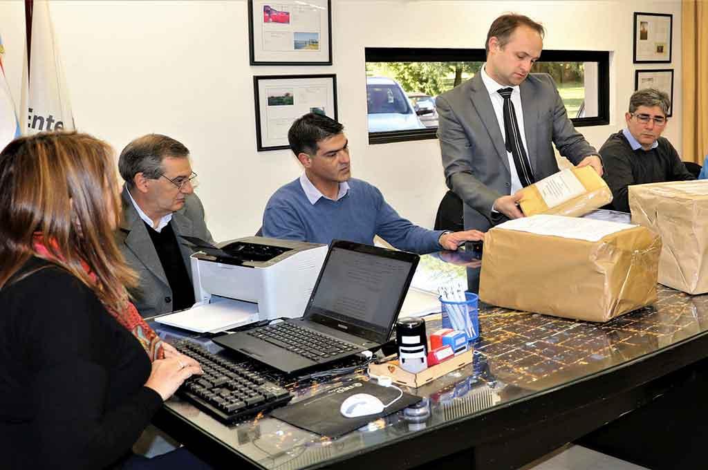 El Escribano Mayor del Gobierno de la provincia de Entre Ríos, Alejandro Demián Santana, a cargo de la apertura de sobres. <strong>Foto:</strong> Gentileza.