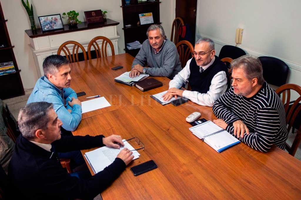 Traferri y Busatto, junto a Rubén Michlig, Alcides Calvo y Roberto Mirabella. El equipo del PJ para la mesa de transición. <strong>Foto:</strong> Gentileza