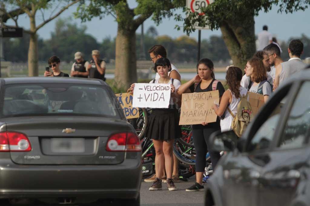El hecho ocurrió el 16 de diciembre del año pasado, a pleno día, cuando Mariana del Valle Olivera fue arrollada por una camioneta mientras transitaba por la bicisenda. Crédito: Archivo El Litoral