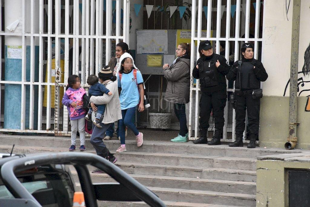 Frente a la escuela. En la puerta de la Bolivar hay una patrulla permanente de 6 a 18 horas. <strong>Foto:</strong> Luis Cetraro