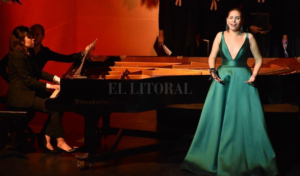 La soprano María Belén Rivarola y la pianista Quimey Urquiaga, invitadas de lujo en la velada. Manuel Fabatía