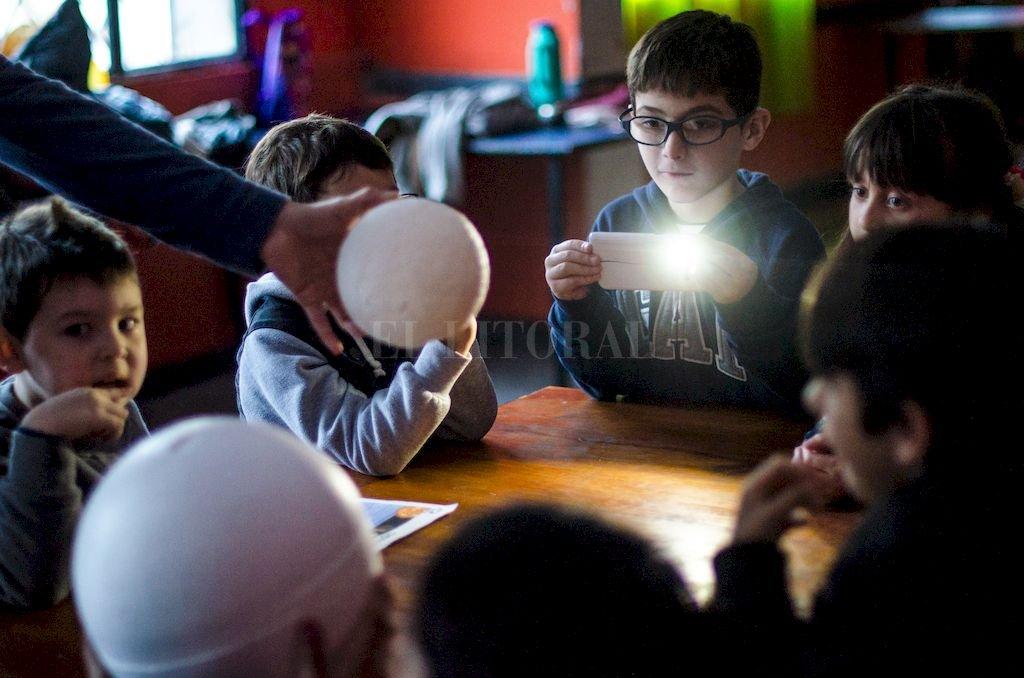 Magia. Una esfera, una luz, el movimiento y la fantasía de los chicos. Crédito: Enzo Rodríguez Suárez