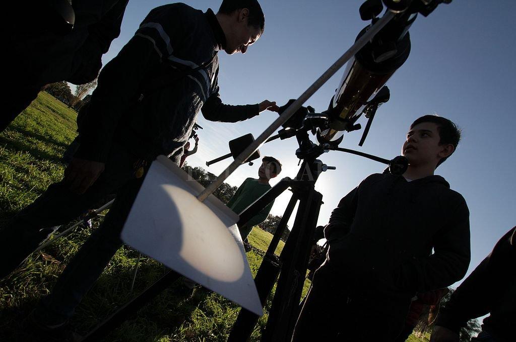 """A través de un telescopio especial, el sol se proyectaba en una pantalla blanca, mientras la luna se lo iba """"comiendo"""". Gran concurrencia de público para ver el fenómeno en el Parque Federal. Crédito: Pablo Aguirre"""