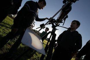 Con telescopios y máscaras de soldar, los santafesinos disfrutaron el eclipse