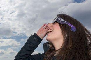 Cuatro personas recibieron atención médica por observar el eclipse sin protección en Córdoba