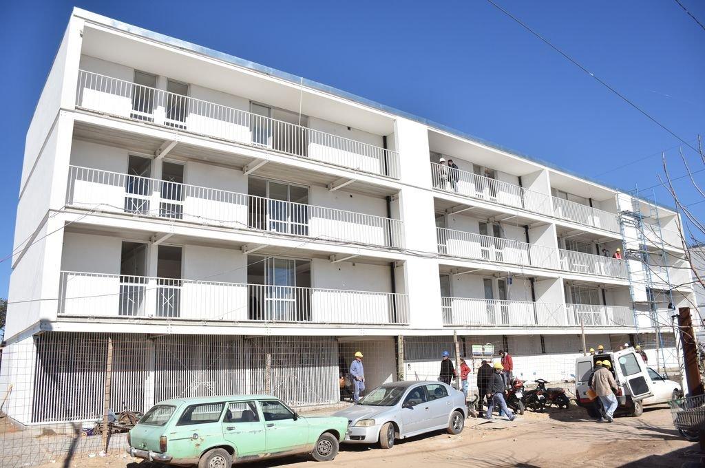 Ultiman detalles. Las viviendas del populoso barrio del oeste santafesino se terminarán en los próximos meses.  <strong>Foto:</strong> Manuel Fabatía