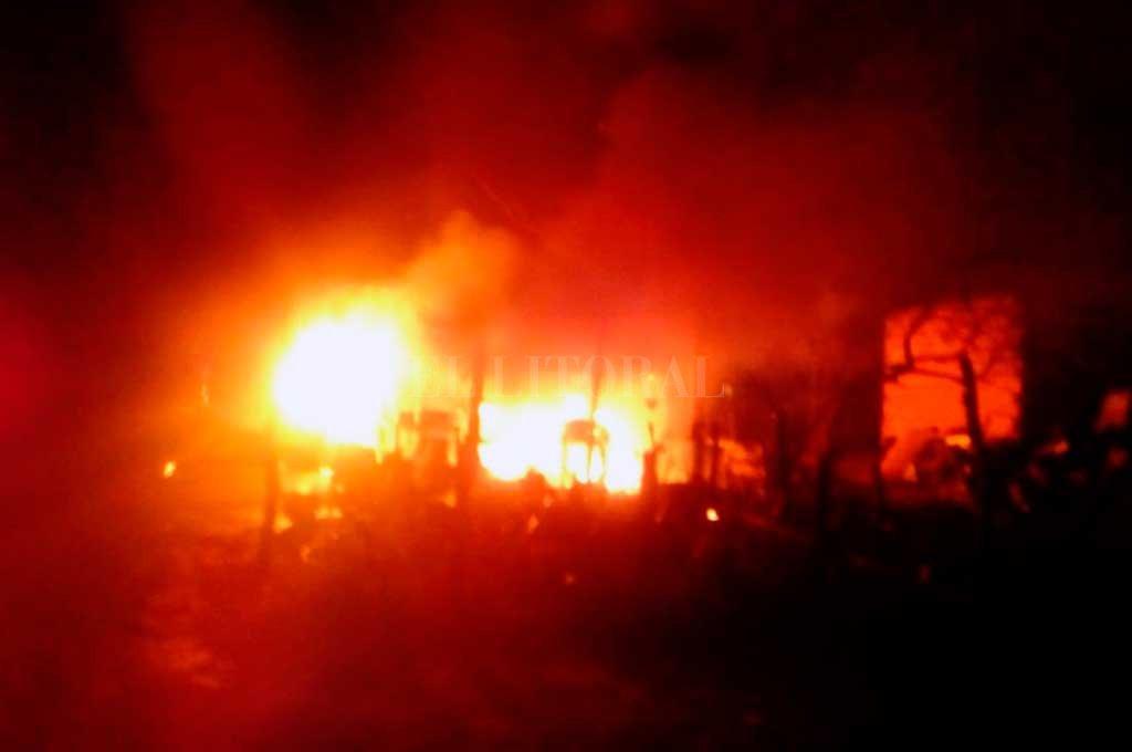 Una dotación de los Bomberos Zapadores debió acudir para extinguir las llamas. También se envió una ambulancia para asistir a los heridos.  Crédito: El Litoral