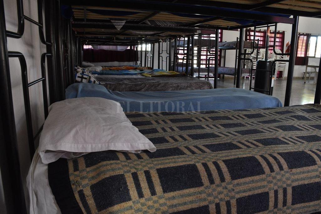 """""""A cama caliente"""". Con la ola de frío el refugio municipal funciona casi repleto. Crédito: Guillermo Di Salvatore"""