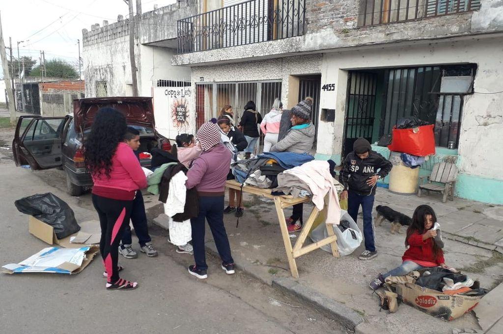 Las colaboradoras también clasifican ropa abrigada para donar. El nuevo parador queda en Santa Rosa de Lima. Todos ayudan a quienes necesitan una mano. Crédito: Gentileza
