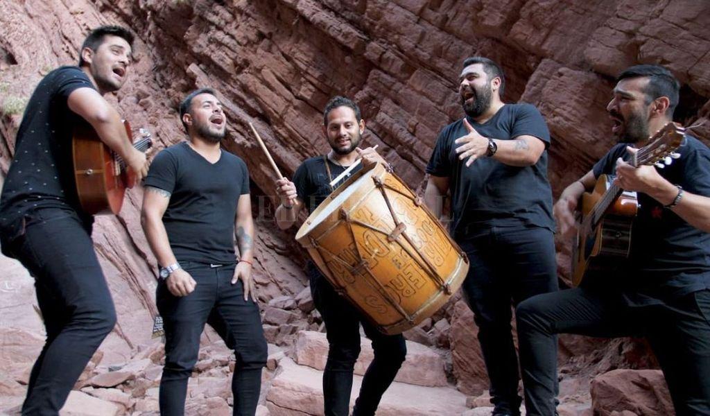 El rafaelino y los salteños, compartiendo la música en los valles y los ríos. <strong>Foto:</strong> Gentileza producción