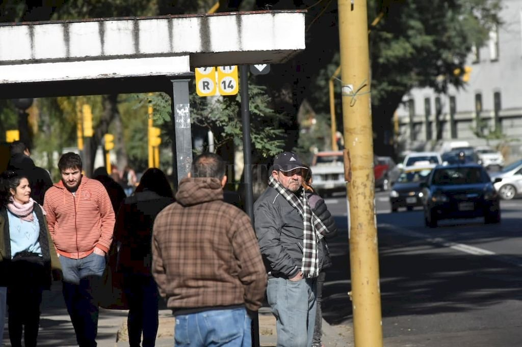 En algunas paradas se observó a mucha gente esperando el colectivo, sin saber sobre la suspensión del servicio. <strong>Foto:</strong> Flavio Raina