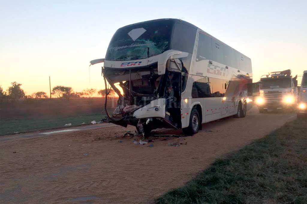 En la autopista Rosario - Córdoba se produjo un fuerte choque entre un camión y un colectivo, dejando una mujer fallecida Crédito: Gentileza Dpto Relaciones Policiales Santa Fe