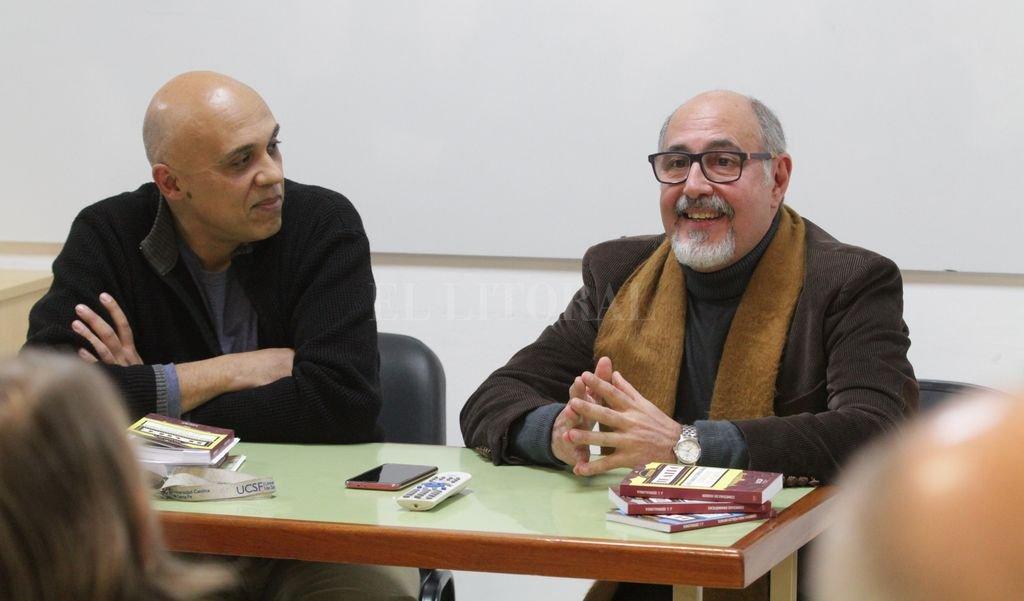 El dramaturgo José Serralunga (derecha), en la presentación de los libros junto a Fabián Pínnola.  Crédito: Pablo Aguirre