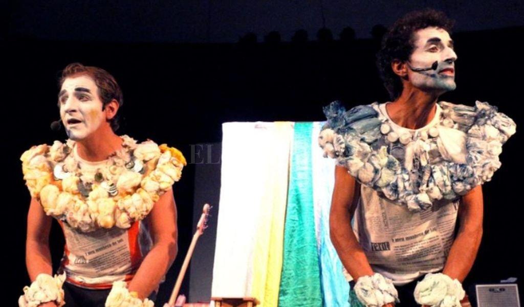 Los artistas recorren los anteriores espectáculos del grupo, utilizando al papel como hilo conductor para cantarnos los cuentos y contarnos las canciones. <strong>Foto:</strong> Gentileza producción