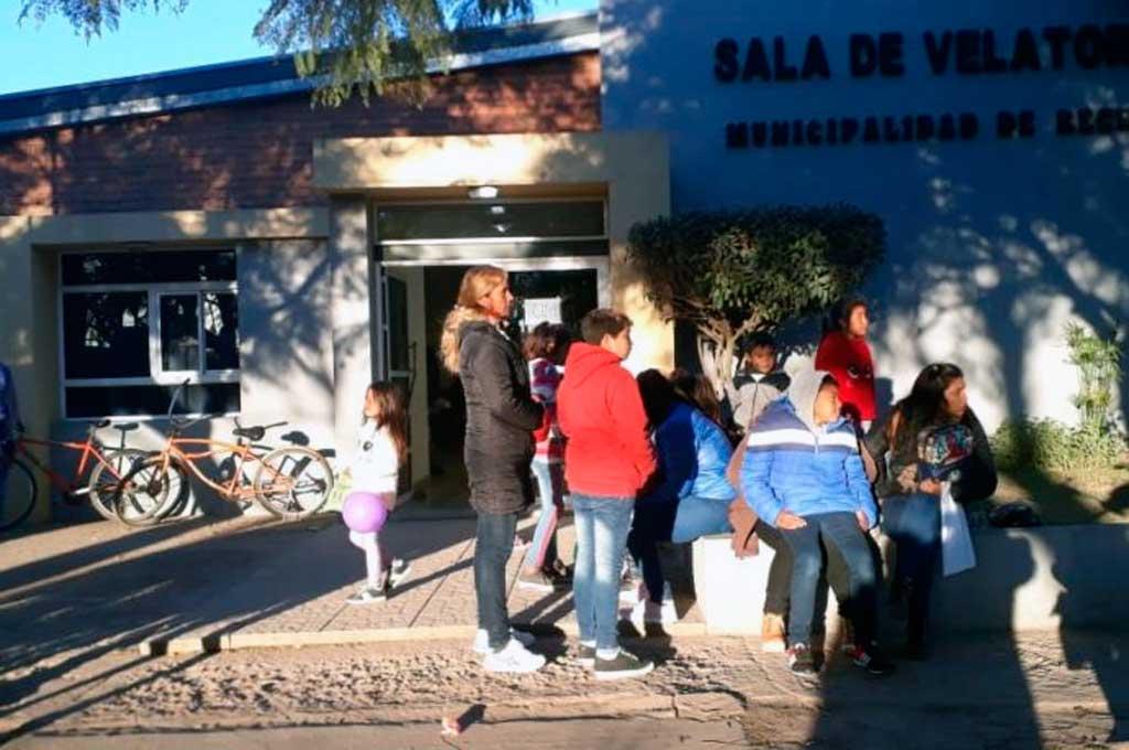 La comunidad de Recreo se acercó a despedir los restos del chico Román a la sala de velatorios municipal. <strong>Foto:</strong> Gentileza Fm Power Max
