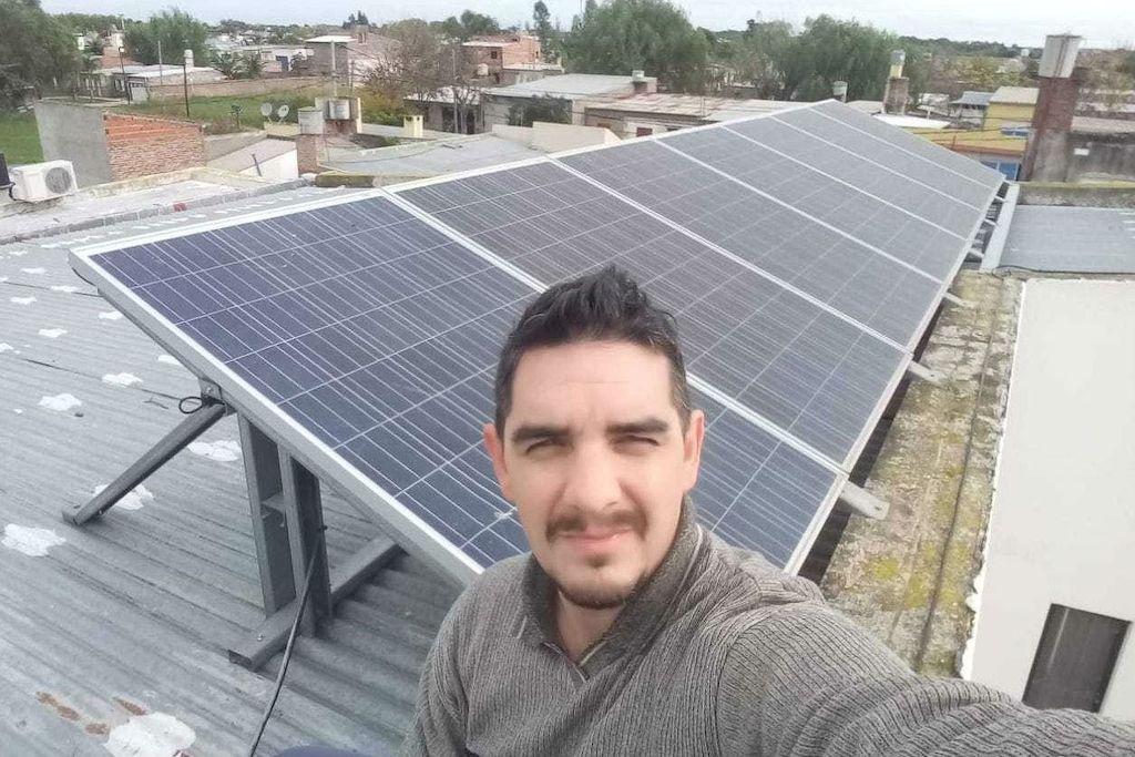 Generador. La vivienda familiar de los Visentini tiene siete paneles soalres en el techo, con los que genera la energía que inyecta a la red de la EPE. Crédito: Gentileza