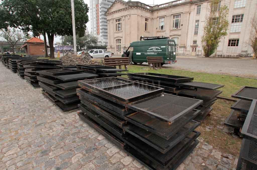 La semana pasada comenzaron a llegar las vallas de seguridad que se dispondrán en el marco del evento. El epicentro será la Estación Belgrano. Crédito: Mauricio Garín.