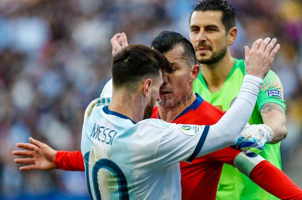 """La jugada del partido del sábado. El cara a cara entre Medel y Messi que el árbitro debió saber manejar para no echar de la cancha a los dos capitanes. Medel aprovechó la situación para """"llevárselo"""" a Messi, que la estaba rompiendo hasta ese momento. <strong>Foto:</strong> Lucas Williams"""