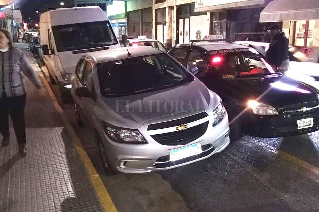 Una parada de taxis invadida y trabajadores perjudicados