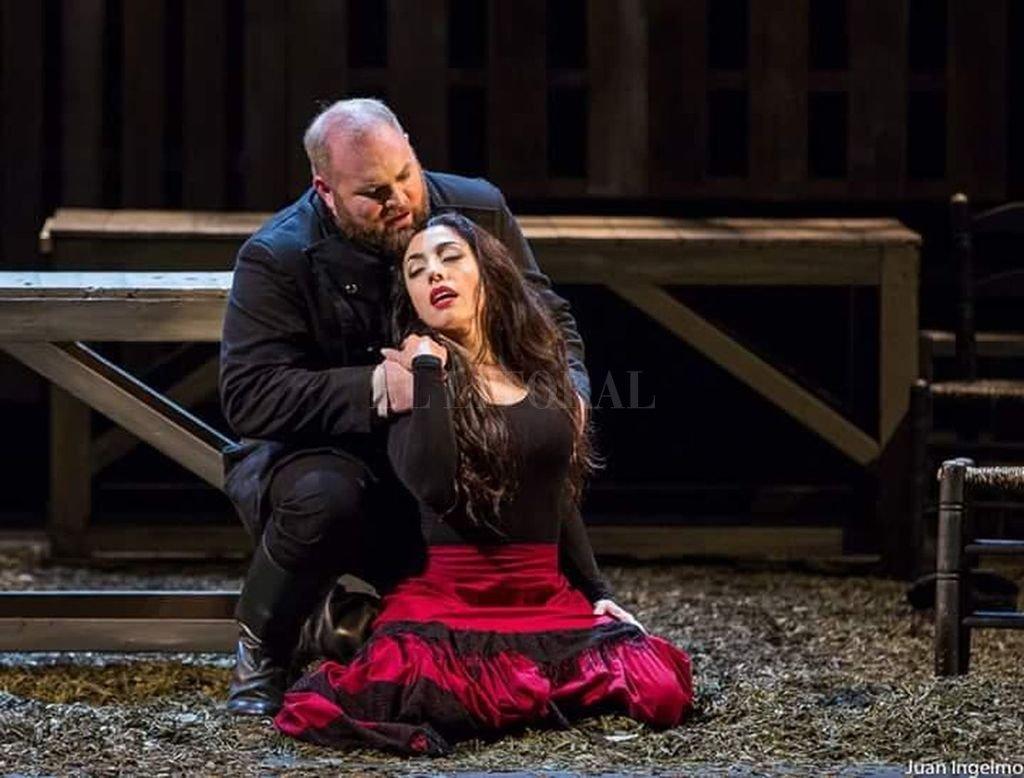 """La mezzosoprano santotomesina Rocío Arbizu en la piel de Carmen, durante una de las presentaciones de la versión de la ópera de Bizet que la tiene como protagonista. """"Es un personaje fascinante"""", confió a el Litoral. Crédito: Gentileza producción"""
