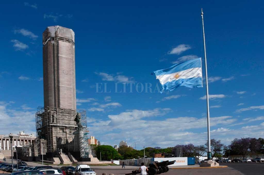 Bandera a media asta, el símbolo del luto en el país. <br /> <strong>Foto:</strong> Archivo El Litoral