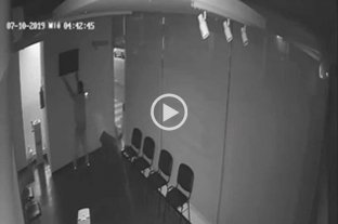 Video: ladrón solitario se llevó un TV de un clínica