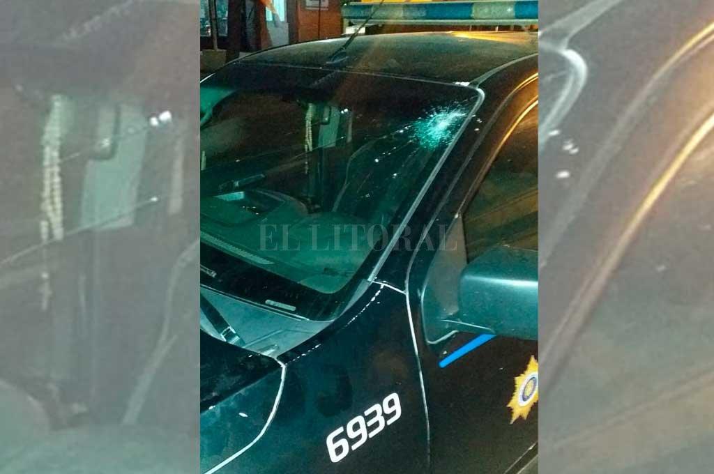 Horas después del crimen, familiares del fallecido atacaron a piedrazos un móvil policial. <strong>Foto:</strong> El Litoral