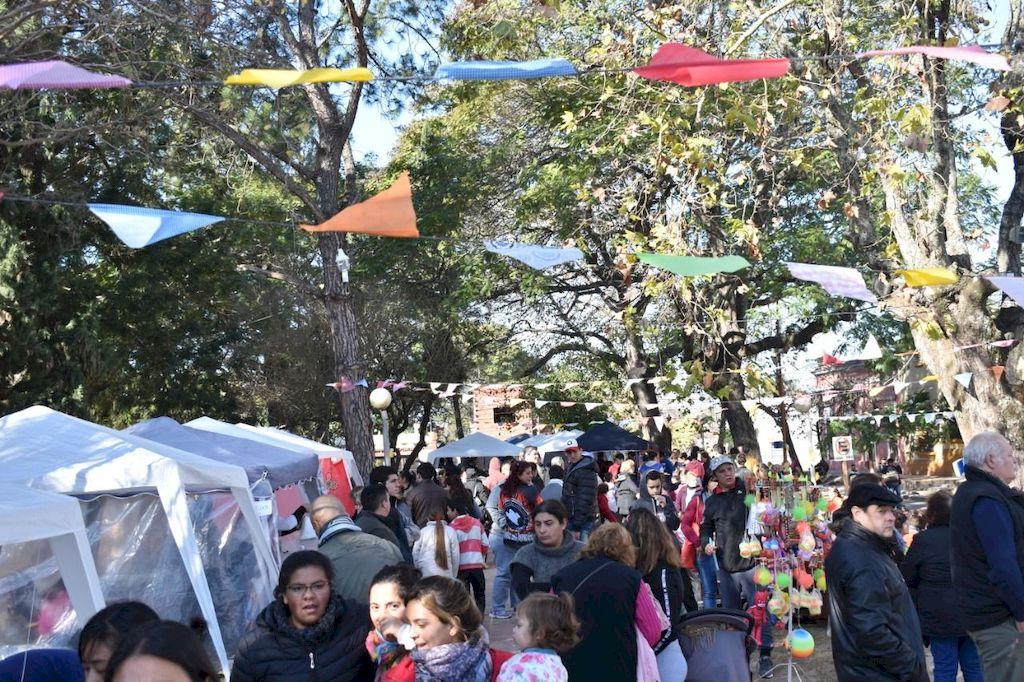 Los tradicionales banderines en forma de triángulos -típico de las kermesses-, le dan colorido a las actividades que se desarrollan en Rincón para disfrutar de las vacaciones. <strong>Foto:</strong> Gentileza