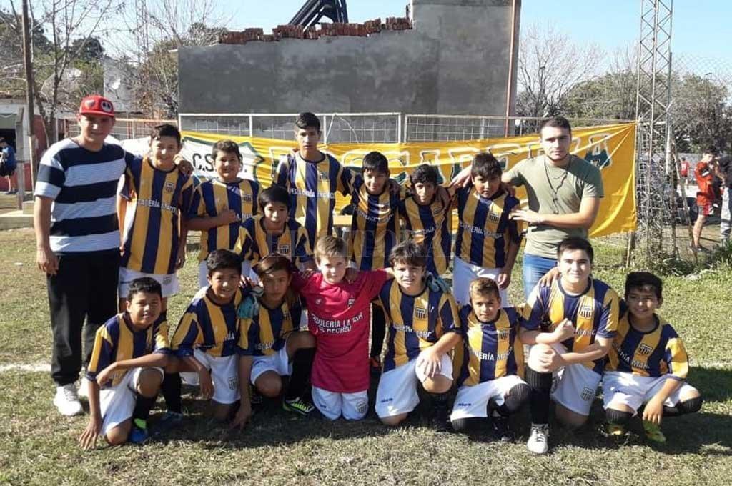 El equipo de inferiores de Central Oeste de Recreo donde se divertía jugando al fútbol con sus amigos Diego Román, el tercero abajo de izquierda a derecha. <strong>Foto:</strong> Gentileza Prensa Liga Paivense