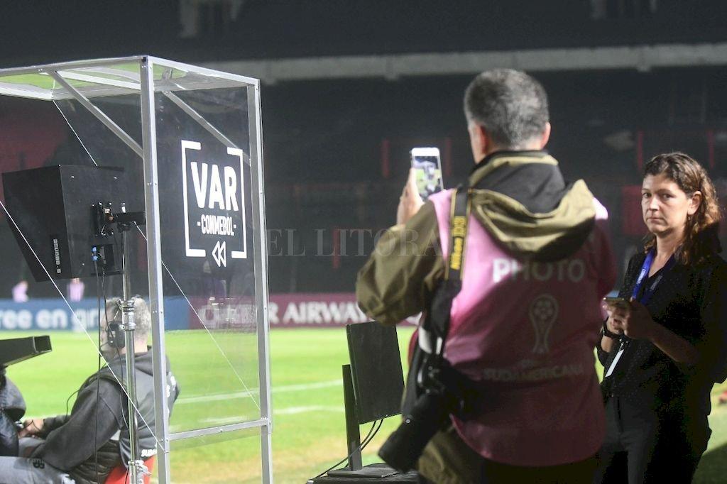 El VAR ubicado entre los dos bancos de suplentes, a la vera del campo de juego, no fue utilizado por Ostojich en ningún momento. <strong>Foto:</strong> José Almeida