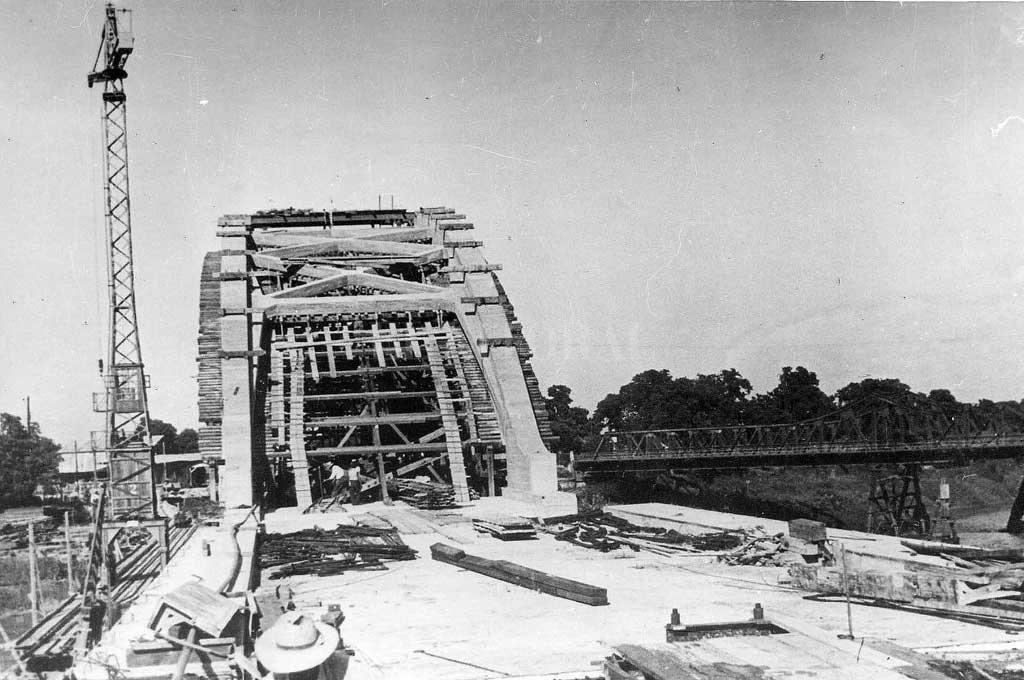 El puente, en plena construcción. <strong>Foto:</strong> Archivo El Litoral