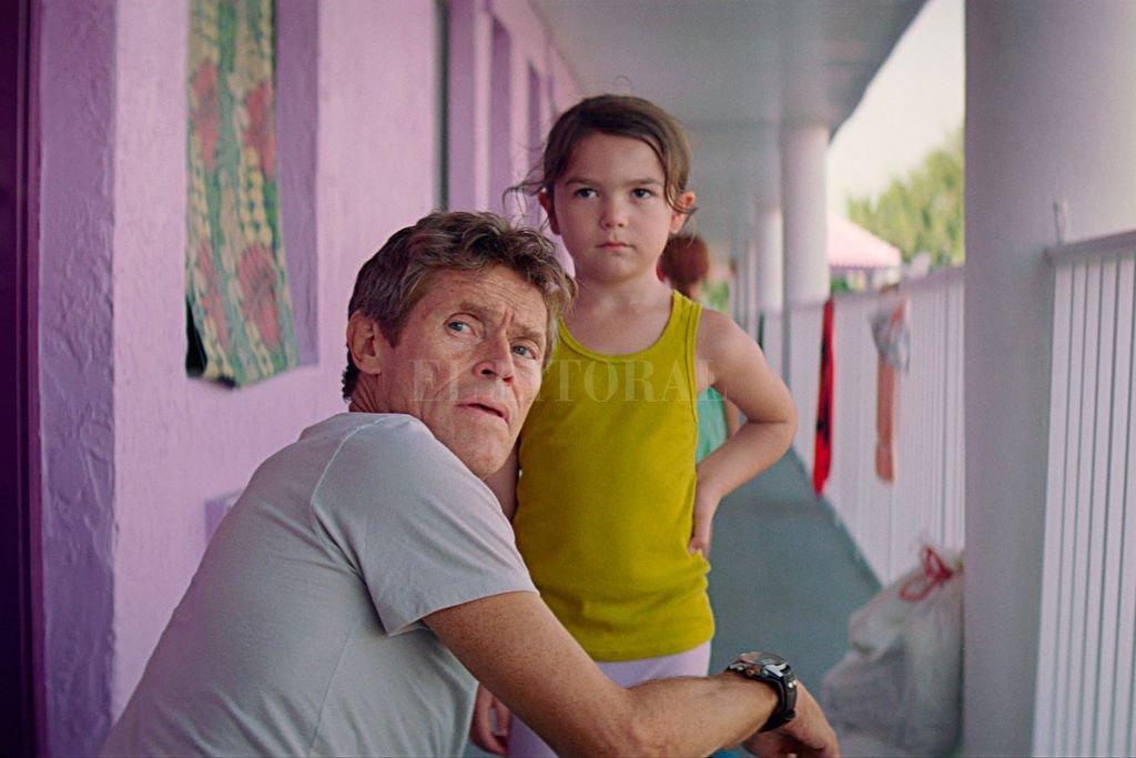Bobby (Willem Dafoe) es el gerente del motel The Magic Castle, donde vive Monee (Brooklynn Prince) junto a su madre. Crédito: Foto: Gentileza A24