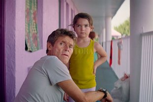 "Ciclo de Cine Debate: ""The Florida Project"" - Bobby (Willem Dafoe) es el gerente del motel The Magic Castle, donde vive Monee (Brooklynn Prince) junto a su madre. -"