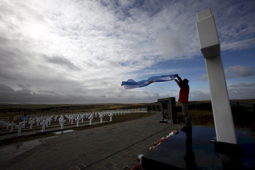 Una postal emotiva del Cementerio de Darwin, en Isla Soledad, donde descansan 230 héroes de Malvinas, de cuyos restos muchos ya fueron identificados. El registro gráfico es de 2012.  <strong>Foto:</strong> Archivo / EFE (Felipe Trueba)