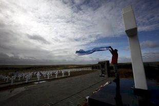 La joven que desentrañó la muerte de su tío, héroe caído en Malvinas  - Una postal emotiva del Cementerio de Darwin, en Isla Soledad, donde descansan 230 héroes de Malvinas, de cuyos restos muchos ya fueron identificados. El registro gráfico es de 2012.  -