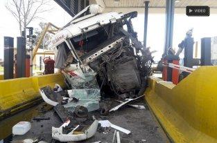 Video: Un camión produjo un accidente en un peaje santafesino y hay dos menores heridos de gravedad -