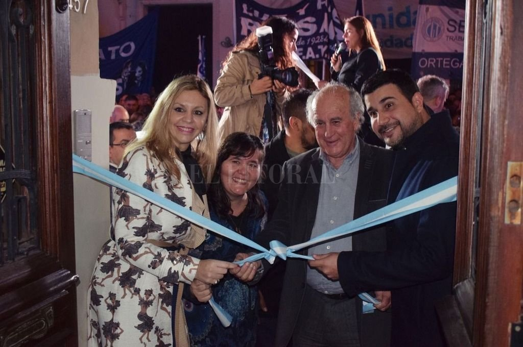 María de los Ángeles Sacnun, Alejandra Obeid, Oscar Parrilli y Marcos Cleri inauguraron el local del Instituto Patria en Rosario. Crédito: Gentileza Prensa Sacnun