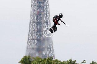 """Un """"soldado volador"""" sorprendió a todos en Francia durante un desfile -  -"""