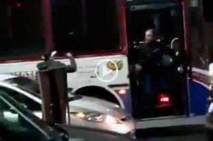 Video: le arrojaron cerveza al parabrisas de un colectivo y el chofer repelió a palazos