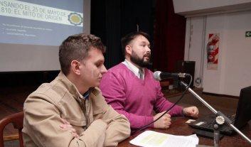 Charla sobre historia argentina  - Los profesores durante la exposición realizada en mayo.  -
